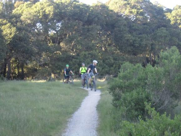 Mountain bikers on the Engelsman bypass. Photo credit: Hilltromper.