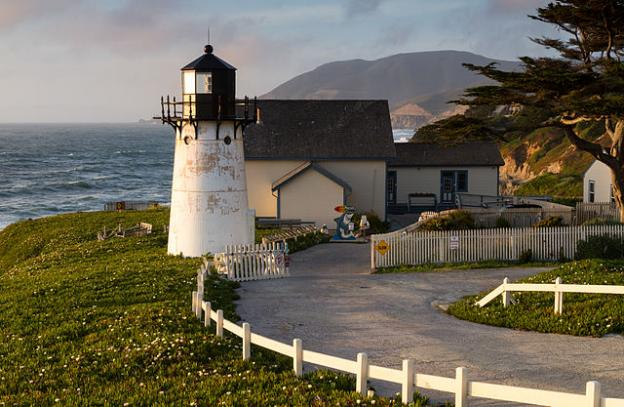 The Point Montara Lighthouse offers inexpensive lodging in a facility run by Hostelling International. Photo by Frank Schulenberg/Creative Commons.